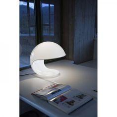 Créée par le designer Elio Martinelli, la lampe Cobra est composée d'un bras articulé. Fabriquée en résine, elle offre une lumière douce et orientable.