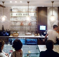 Tras más de diez años de experiencia con su primer bar en Zaragoza, el Méli Meló en la calle Mayor, los propietarios decidieron abrir un segundo local en el corazón del Tubo, la zona de tapeo más conocida de la capital aragonesa.  Situado en la calle Libertad, a pocos minutos de la Plaza de España y de la Plaza del Pilar, el Méli del Tubo es un establecimiento sofisticado, con un aire retro y tropical, que ofrece tapas y raciones originales y de calidad en un ambiente cuidado y cercano y con…