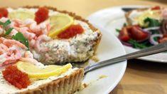 Ann Hansson tipsar om en utmärkt rätt för en varm sommardag, både som för- eller huvudrätt: kall räkpaj med västerbottensostskal. Swedish Recipes, Deli, Shrimp, Salmon, Food And Drink, Favorite Recipes, Lunch, Snacks, Crabs