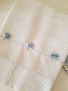 Fralda de boca (Cremer Luxo Dupla), tamanho 31x31cm bordada à mão com barrado em tecido de algodão (fustão) e acabamento em renda. Lindo e delicado para compor o enxoval. Ótimo presente para maternidade e chá de bebê.
