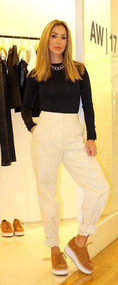Look de Helena Lunardelli com calça incrível e super versátil com fivela na barra que também pode ser usada aberta tipo pantacourt. O caimento é inacreditável. Super original! Na parte de cima, uma blusa de manga comprida preta e colar de argolas dourado