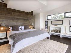 chambre à coucher avec mur revêtu en bois et suspensions