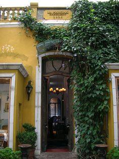 """Barrio de Palermo: fachada de una casa (hoy local venta de la marca  """"La Martina"""").-"""