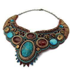 Ce collier plastron brodé, c'est l'Égypte ancienne et la chaleur du sable, les pyramides et le sphinx!