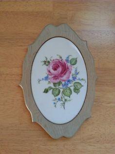 マイセン風のバラと勿忘草を描きました。縦13・5×横8.9センチの楕円の陶器を約2センチの幅の飾り縁の木枠にはめ込みました。額縁のような感じです。|ハンドメイド、手作り、手仕事品の通販・販売・購入ならCreema。