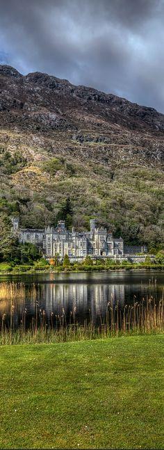 Abadia de Kylemore, situada no condado de Galway, nas montanhas de Connemara, (Irlanda)