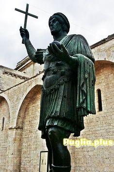 Der Riese von Barletta ist eine der Sehenswürdigkeiten von Barletta, Apulien. Greek, Statue, Travel, Missing Someone, Beautiful Landscapes, Family Activity Holidays, Old Town, Round Trip, Sculpture