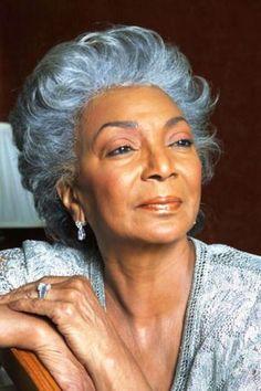 A beleza da mulher madura é declarada, exposta, despudorada, não admite rodeios nem meias palavras, ela é o que...