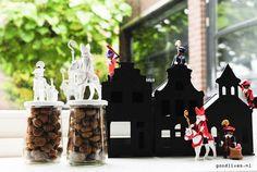 Sinterklaas styling met leuke zwarte doosjes en pepernoten potten