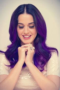 Katy perry con el cabello color morado