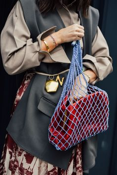 fishnet shopper bag, netted bag, blue fishnet bag with a red bag inside, layered bag look, oversize blazer with belt,
