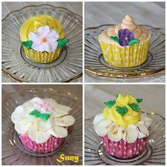 Cupcakes e vainilla y aroma de limón.  http://rositaysunyolivasenlacocina.blogspot.com.es/2011/11/cupcakes-de-vainilla-y-aroma-de-limon.html