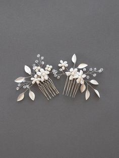 Phoebe Hair Comb Set This bridal leaf hair comb features freshwater pearl blossoms among Swarovski crystals, ivory pearl buds, and leaves. The flower hair piece offers an earthy femininity to any wedding look. Flower Hair Pieces, Flowers In Hair, Gold Hair Accessories, Bridal Accessories, Wedding Hair Pins, Hair Pieces For Wedding, Wedding Veils, Crystal Flower, Pearl Flower