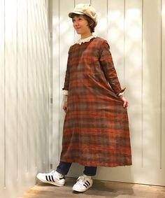 YAECAのワンピースに襟からはレースシャツ、足元はデニムとスニーカーを合わせました。