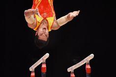 28.10 Le gymnaste chinois You Hao en pleine action lors de la finale aux barres parallèles des Mondiaux de gymnastique par équipes remportés par le Japon.Photo: AFP/ben Stansall