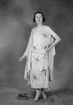 Madeleine Vionnet daté de 1924 20s Fashion, Art Deco Fashion, Modern Fashion, Fashion Design, Madeleine Vionnet, Gatsby, 1920s Style, Vintage Fashion Photography, 1920s Flapper