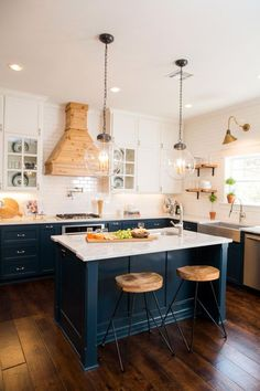 Chip and Joanna Gaines undertake an ambitious makeover on a century-old home for. - Chip and Joanna Gaines undertake an ambitious makeover on a century-old home for a newlywed couple - Kitchen Cabinet Colors, Painting Kitchen Cabinets, Kitchen Colors, Kitchen Paint, Deco Design, Küchen Design, Design Ideas, Smart Design, Design Concepts