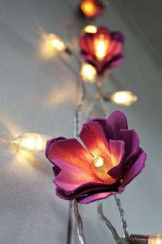 Une guirlande lumineuse décorée de fils de cuivre