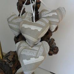 Coeurs à suspendre, 4 coussins de porte, shabby chic, romantique, lin beige et dentelles en patchwork