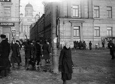 Punakaartin osasto Pohjoisesplanadilla huhtikuussa 1918.