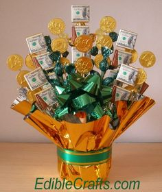 Edible Candy and Money Bouquet. This charming bouquet I think it would be super-fab for a graduation gift. You could use the high school colors (or future college colors) instead of green, and everyone loves cash and chocolate! Money Bouquet, Gift Card Bouquet, Bouquets, Paper Bouquet, Homemade Gifts, Diy Gifts, Don D'argent, Creative Money Gifts, Candy Bouquet