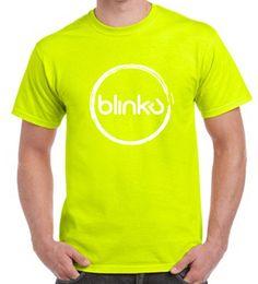 Camiseta chico de color Shafety green. Con diseño Blinku 2 serigrafiado en tinta color white