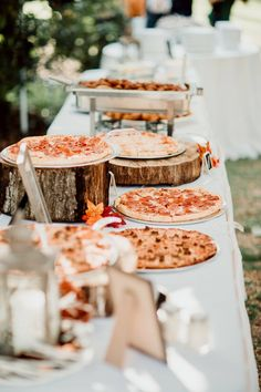 Picture Of a pizza bar with pizzas on tree stumps and slices or on plates plus c. Picture Of a pizza bar with pizzas on tree stumps and slices or on plates plus condiments and other Wedding Food Bars, Pizza Wedding, Wedding Food Stations, Wedding Reception Food, Wedding Dinner, Wedding Catering, Buffet Wedding, Wedding Ideas, Wedding Receptions