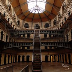 Do you ever visit prisons? (as a traveler I mean) Today I wonder what they will tell visitors in the future. Will it be graft war crimes...?  Alguna vez visitas cárceles? (en plan turismo quiero decir) Qué les contarán a los visitantes del futuro? Espero que no sea la historia de Bárcenas o de los trajes porque vaya nivel...  Picture from Kilmainham Gaol in #Dublin. It is one of the largest unoccupied prisons in Europe and an important site to understand some of the most important events in…