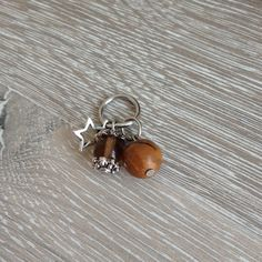Bedel van 10mm mookaiet, beige glas kraal met aan beide kanten een metalen sierkap en een metalen mini ster. Van JuudsBoetiek; €2,50. Wil je er een ketting bij? Vraag naar de mogelijkheden! Bestellen kan via juudsboetiek@gmail.com. www.juudsboetiek.nl.