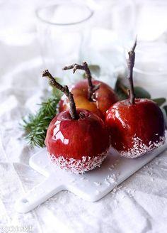 Näyttävät karamellisoidut omenat syntyvät helposti. Omena kastetaan kuumaan siirappiin ja sen jälkeen kookoshiutaleisiin tai mantelirouheeseen. Dip apples into hot syrup and then roll then in desiccated coconut or crushed almonds. #karamelliomenat #karamellisoidut omenat #caramelizedapple #candyapple Christmas Candy, Food Styling, Cherry, Fruit, Hot, Recipes, Christmas Treats, Recipies, Christmas Desserts