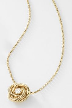 0902ce5c13d4 Novedoso collar con fina cadena y dije de pequeñas argollas y piedra de  cristal al centro