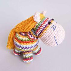 Crochet rainbow pony - patrón de amigurumi gratis