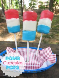 The 36th AVENUE | 30 DIY Fourth of July Projects - i want to do this with dipped marshmallows Patriotic Desserts, Patriotic Decorations, Cake Decorations, Holiday Desserts, Holiday Treats, Holiday Decor, 4th Of July Party, Fourth Of July, 4th July Cupcakes