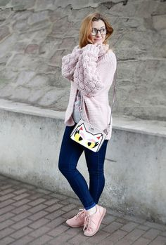 Karl Lagerfeld Handtasche und rosa Strickjacke mit Pompom Ärmeln / Outfit #karllagerfeld #handbag #rose #rosa #skinnyjeans #sneaker #handtasche