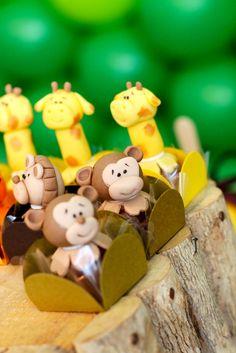Festa safari do Pedro para comemorar seu primeiro aniversário     detalhes da mesa no Buffet Let´s Go Lagoa     Painel com fotos e det...