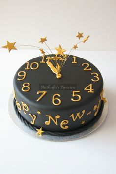New Year's Eve party cake decorated like a clock, cute. #newyearseve #newyears #cakedecoration