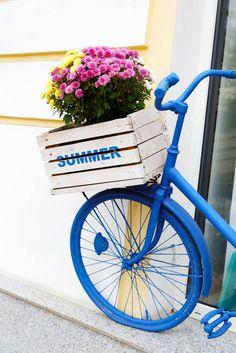 Strand-Stil blau lackiert Bike mit weißen Holzkiste Blume Halter auf der Vorderseite.