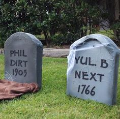 Give your yard and porch a spooktacular makeover without breaking the bank with these cheap and easy DIY outdoor halloween decor ideas. Halloween Zombie, Costume Halloween, Halloween Kunst, Outdoor Halloween, Halloween House, Halloween 2020, Halloween Yard Decorations, Halloween Party Decor, Halloween Crafts