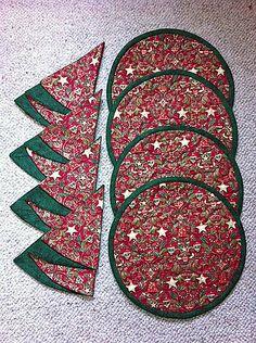 Christmas napkins and placemats Christmas Table Linen, Christmas Tree Napkins, Christmas Sewing, Diy Christmas Ornaments, Christmas Projects, Family Christmas, Xmas, Fabric Crafts, Sewing Crafts