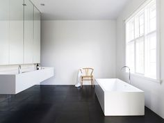 Banheiro Branco e Piso Preto. Designer: Carr Design.
