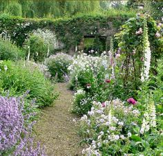 A garden for a handsome former mill house by the river Cherwell.(Arne Maynard)