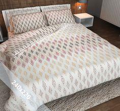 Sofiben dekbedovertrek 'Ibiza Dreams'. Een lits-jumeaux (240x220 cm) dekbedovertrek van 70% katoen en 30% polyester, voorzien van een rits. Het dekbedovertrek heeft een lichte achtergrond, met daarop ruiten in taupe, grijs en oudroze.