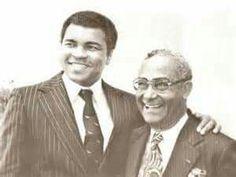 Muhammed Ali met de eerste president van Suriname Johan Ferrier tijdens het bezoek van The Champ aan Suriname in 1979.