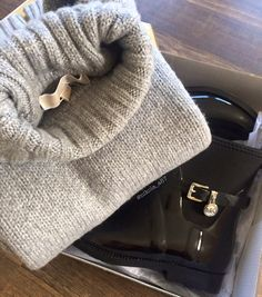 No problem! With Michael Kors Rainboots and Michael Kors Sweater :) new in - Fall 2015 Fall 2015, Rain Boots, My Photos, Michael Kors, Sweaters, Pullover, Rain Boot, Sweater, Hunter Rain Boots