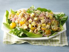 Juustoinen pastasalaatti on mainio eväs piknikille tai lounaaksi. Ketogenic Recipes, Diet Recipes, Vegan Recipes, Greens Recipe, Keto Dinner, Cobb Salad, Salad Recipes, Potato Salad, Food To Make