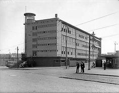 De ingang van de O.N.1 - Heerlen. Direct achter het Hoofdkantoor der Oranje Nassaumijnen, met rechts op de foto het portiershuisje waarin ook de Mijnpolitie zat.
