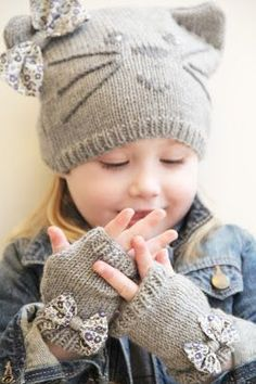 Whispering Winds inspiration - looks like knit tube, sew closed, stitch off ear corners and embroider, add bow., Precious Child ~ kitty hat and bow m(via Pin by irene remacha on TRew Elliott: For The Little Ones: sweet hat and mittensIndigo Crossing Knitting For Kids, Baby Knitting Patterns, Crochet For Kids, Loom Knitting, Free Knitting, Knitting Projects, Crochet Projects, Knit Crochet, Crochet Patterns
