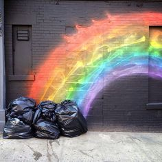One man's garbage is another man's pot of gold? 15+ Perfectly Timed Street Photography Shots That Show Timing Is Everything