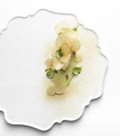 Cabillaud de Saint Jean de Luz / au beurre demi-sel / croustilles de pommes de terre / d'autres écrasées / pâte d'estragon-raifort-échalote ©Rina Nurra