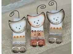 doblada gato - un conjunto de tres Polymer Clay Necklace, Polymer Clay Pendant, Paper Mache Clay, Clay Art, Cat Crafts, Wood Crafts, Fused Glass Ornaments, Arte Country, Clay Figurine